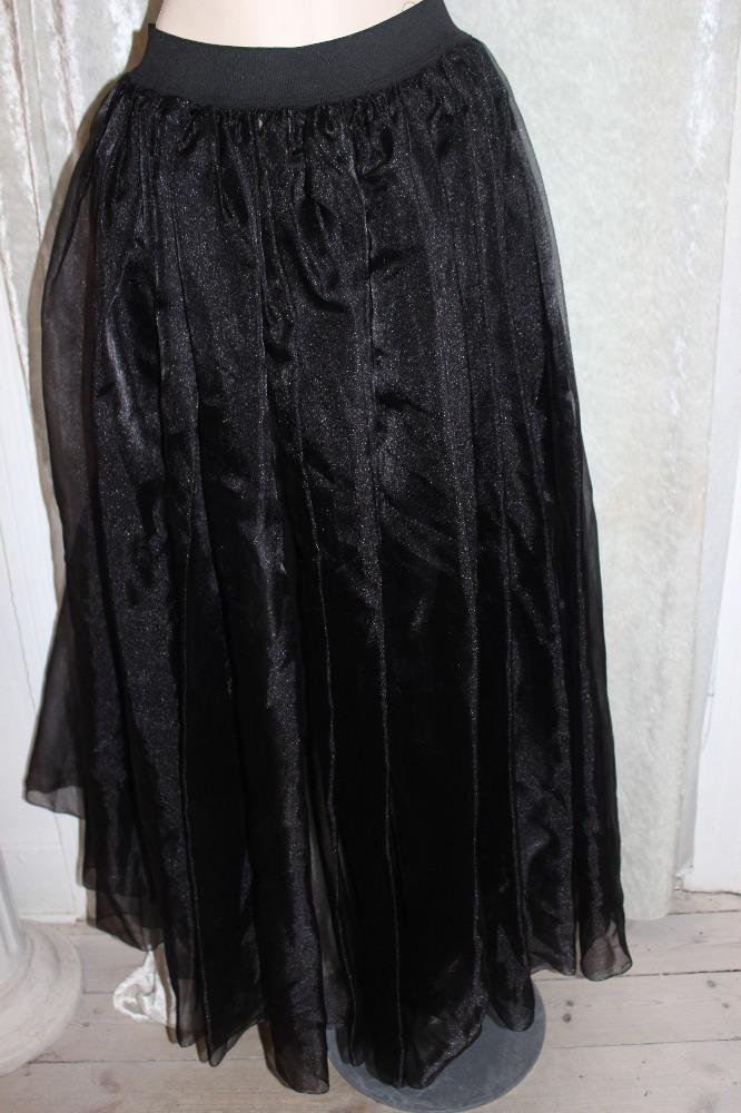 Nederdel, lang sort i tyl. Elastik i taljen og åben i front