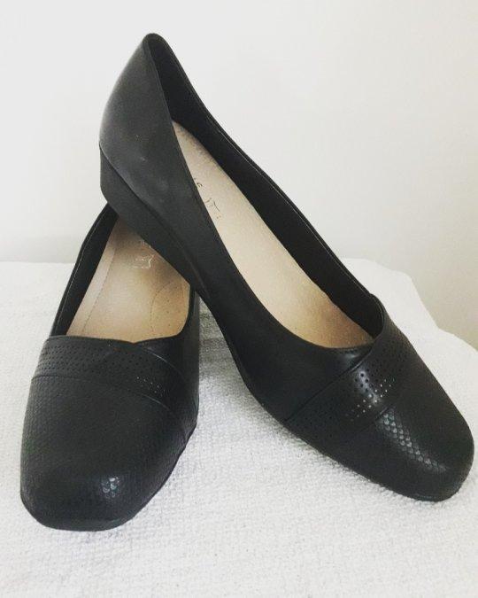 Sko. Sort med lille hæl ca. 5 cm. læderlook. Str. 42